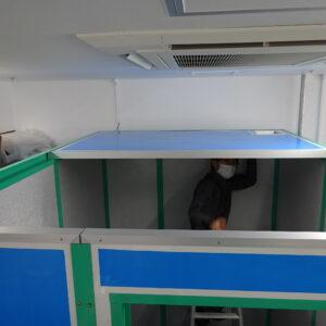 4隅を設置したら天井のパネルを取り付けます